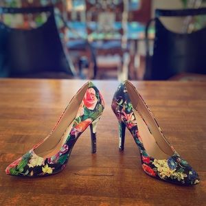 Shoes - 🔥💃HP💃🔥Black Red Blue Floral Pumps Heels Sz 7
